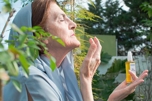 anciana abuela consmeticos naturales